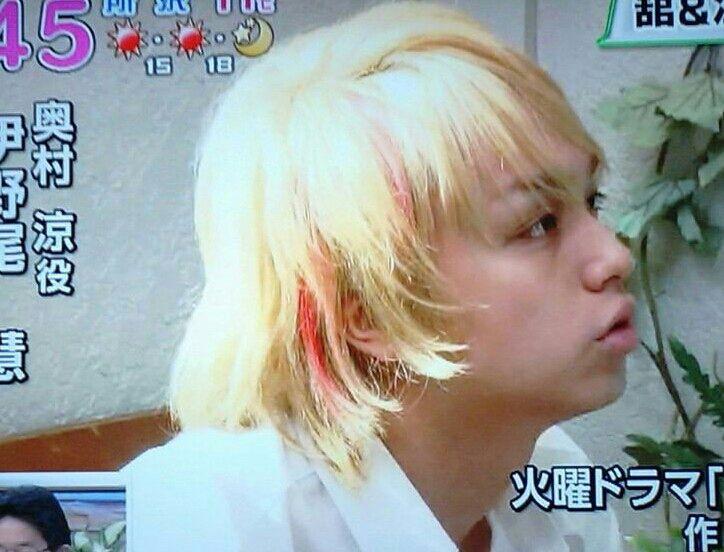 金髪+赤メッシュ。