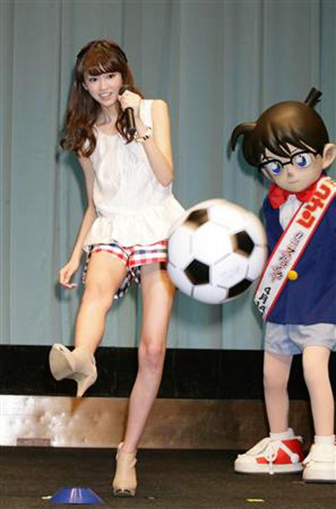 サッカーをする桐谷美玲