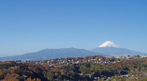 800px-Mount_Fuji_and_Mount_Ashitaka_20101204