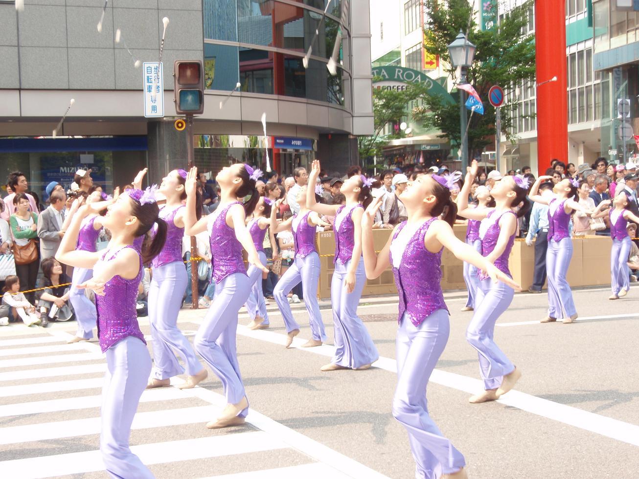 神戸まつり21 バトントワラーの女の子たち。風が強くて、落としまくってました。  サンバの風に吹