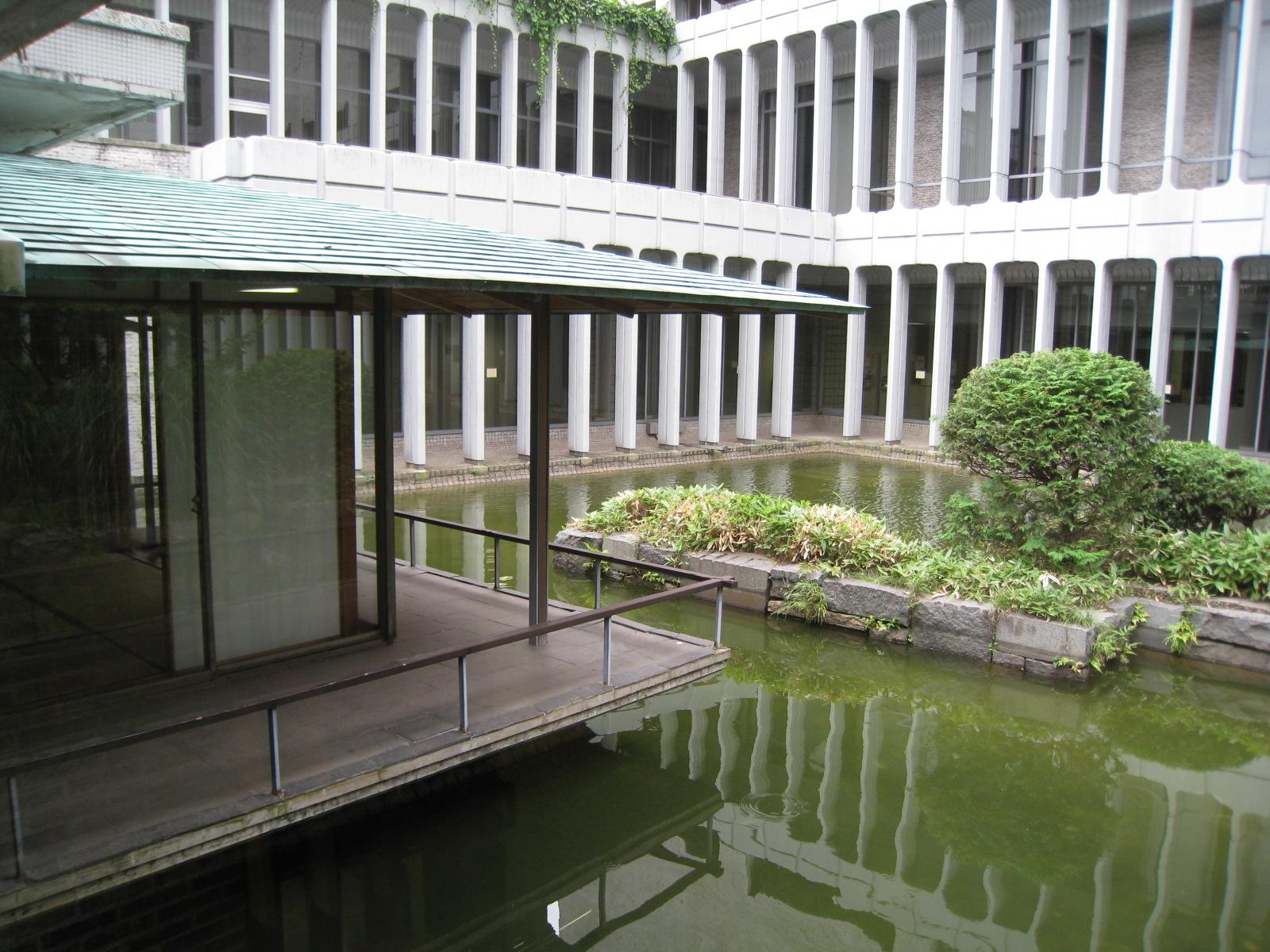 目黒区総合庁舎 和室 : 中年とオブジェ