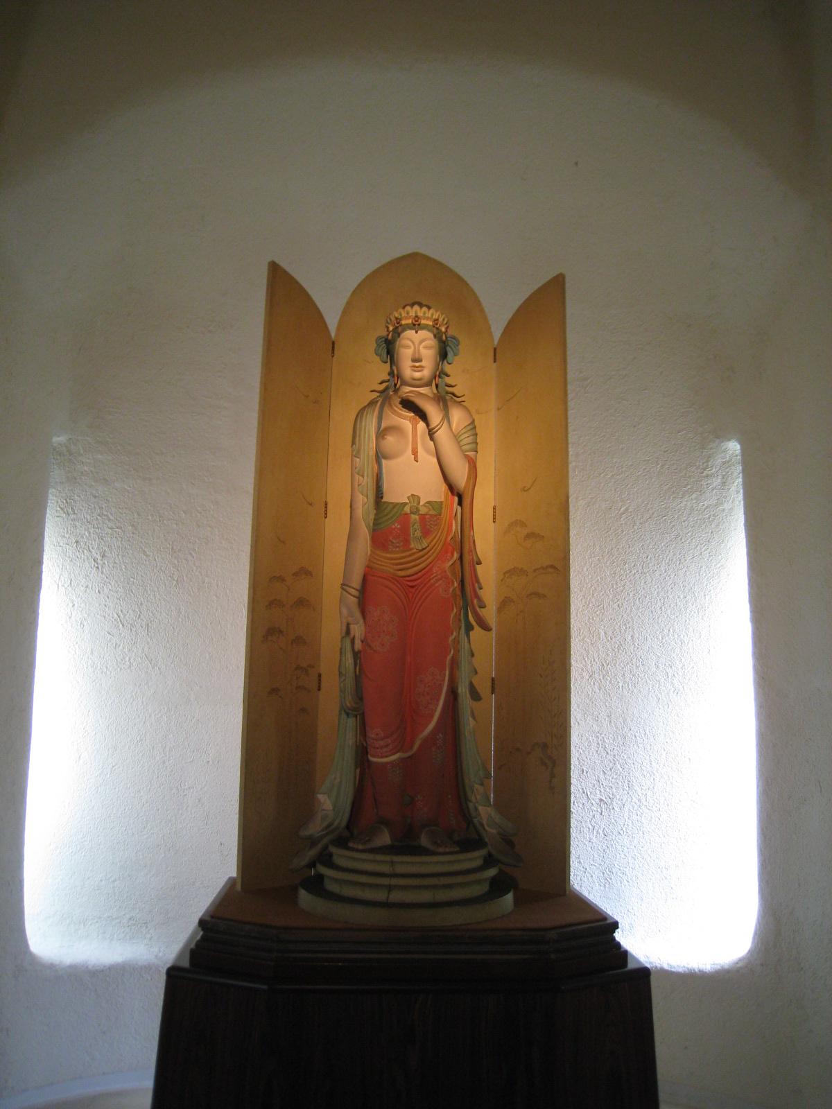 谷村美術館の中へ : 中年とオブジェ
