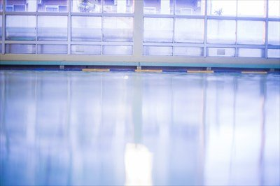 小学校のプールが体育館の上にあったやつ、おるか?