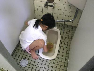 トイレ素手洗い (3)