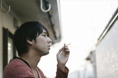 ワイ大学生、遂に煙草を一箱買ってしまう・・・