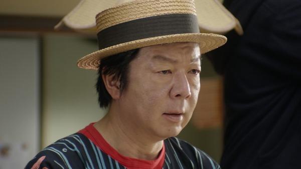 ストライプのシャツを着てカンカン帽をかぶっている古田新太の画像
