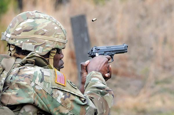 【悲報】米軍少将さん、拳銃の撃ち方が可愛くて炎上してしまうwwwwwwwwwww