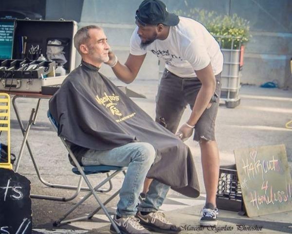 【朗報】路上でホームレスのために髪を切る美容師、思わぬプレゼントをもらう