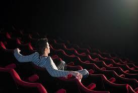 【悲報】ワイ「暇だし映画でも見るか」映画館「チケット1800円ポップコーン450円コーラ420円→結果・・・・・