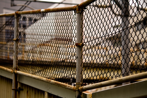 錆びた金網のフェンス