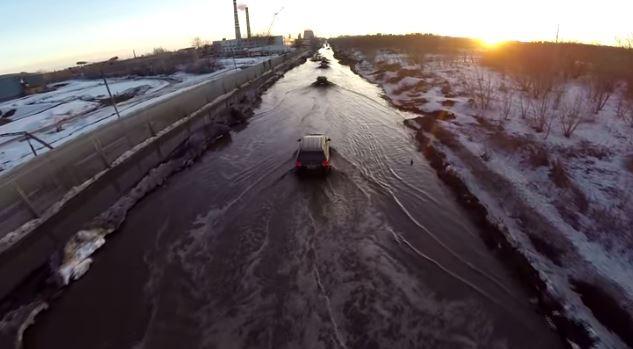 ロシア人「道路が冠水? そんなの気にしねぇ!」 たくましいロシアの人々