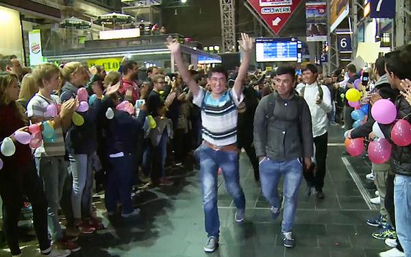 ドイツに到着して誇らしげな表情をするシリア難民