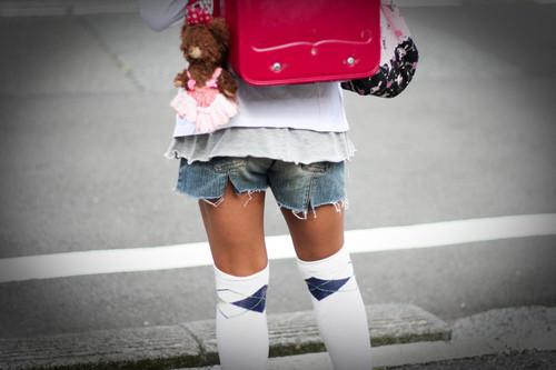 【画像】JSがよく履いてる極浅ショーパン、これもうパンツだろwwwwwwwwwwwwwwwwwwwwww