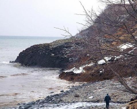 溶岩噴出か?地震の前兆か? 知床の海岸線で、地面が突然10M隆起