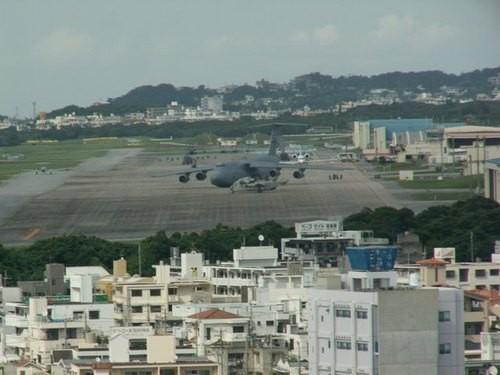 【速報】沖縄普天間基地隣接の小学校に落下物。児童1人が軽傷。上空には米軍のヘリコプターが飛行中