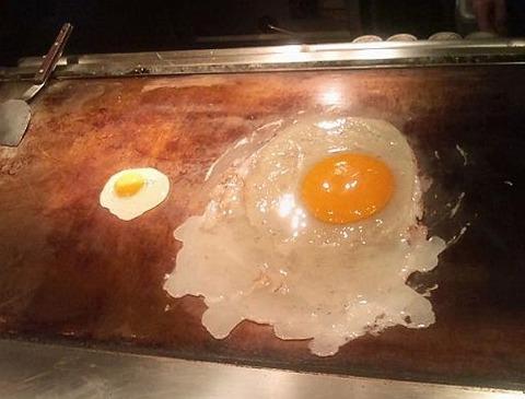 ダチョウの卵の目玉焼き