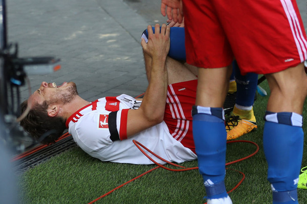 【悲報】開幕戦でゴールパフォーマンスに失敗したサッカー選手さん、靭帯断裂でシーズンが終わる……。
