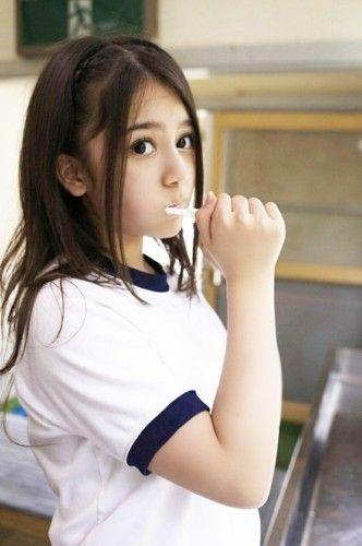 歯磨きをする奥真奈美