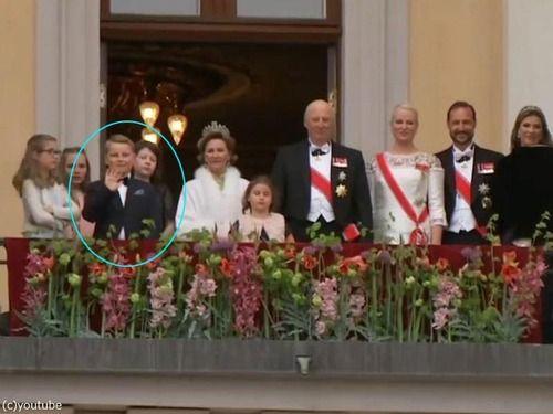 ノルウェーの王子、式典中にまさかのポーズをとって世界中の注目を集める