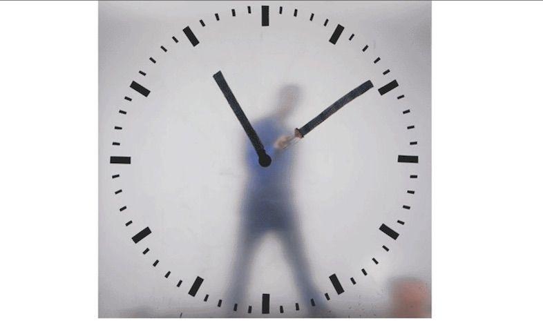 何気ない時計。よーく見ると…全部ひとが書いてる!?