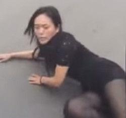 中国の女性当たり屋。ダメモトでセクシーな服着てやってみた。