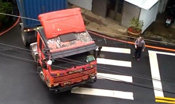 無茶しすぎやがって・・・住宅と住宅の間の狭い道路を通り抜けようとする大型トレーラー(台湾)
