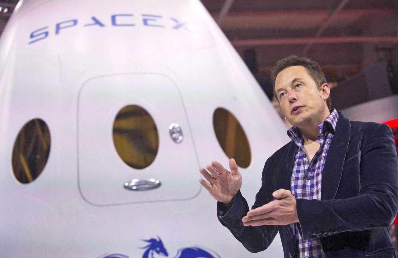半世紀ぶりに人類が月へ。SpaceXが月周回ツアーを2018年にも実施、すでに乗客2名が予約済み