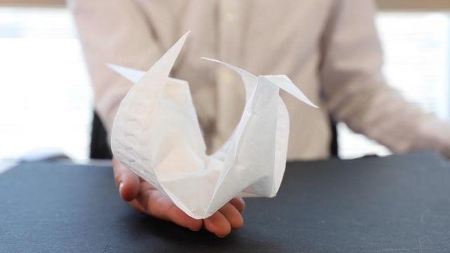 縫い目に合わせ、膨らみつつ折りたたまれる。MITメディアラボで開発中の便利製品 aeroMorph