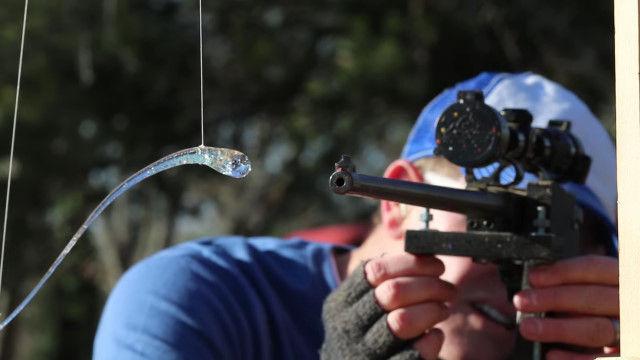 不思議な特性を持つガラス「プリンス・ラパートの滴」を銃弾で撃ち抜く瞬間の超スローモーション映像