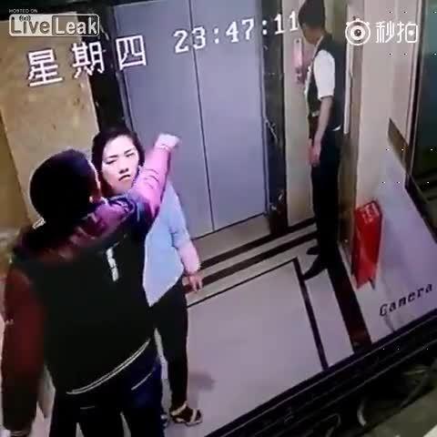 【動画】エレベーターの待ち時間にキレた中国人 恋人の前でドアを蹴破り転落するwww