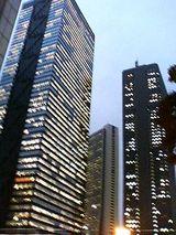 夕暮れ時の超高層ビル街