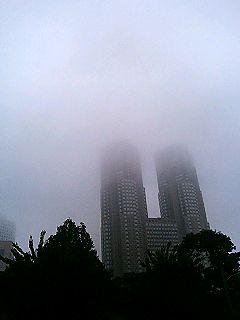 霧に包まれた都庁