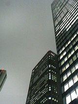 曇天の超高層ビル街
