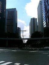 超高層ビルと夏空