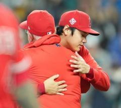 大谷翔平「すごい成長できた1年だったと思う」試合後仲間とハグ