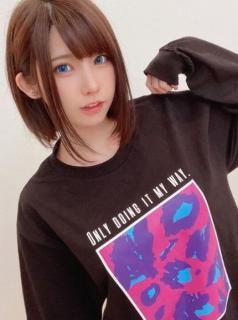 えなこ、ブルーカラコンの瞳に吸い込まれそう。レアなシンプルTシャツスタイルもキュート