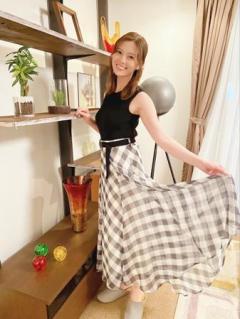 白石麻衣、チェックスカートの裾を持ちながら満面の笑み