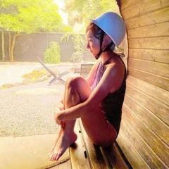 加護亜依、水着にヘルメット姿でネット失笑「迷走しすぎ」