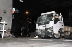 ハンドル操作誤り?交番にトラック突っ込む、運転手死亡 東京・調布