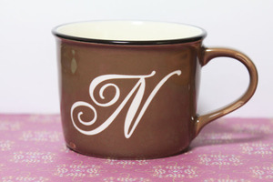 名入れイニシャルマグカップ ホーローみたいですが陶器です