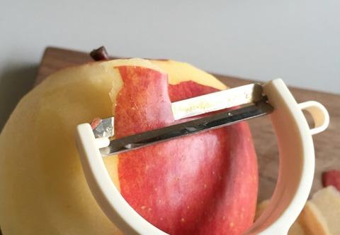 ピーラーを使ったりんごの剥き方
