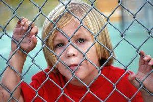 柵の子供-300x201