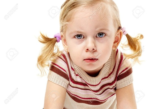 26500637-激怒の愛らしい小さな女の子顔をしかめ、怒りで前かがみ