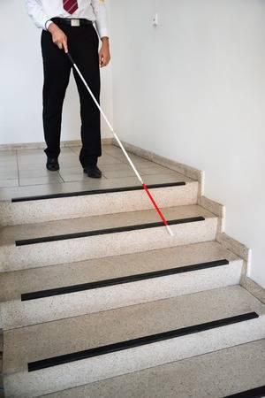 35462481-盲目の男棒を持って階段で下へ移動