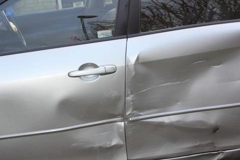 【クズ】車から降りる時、壁に思い切りドアをぶつけた彼女「保険入ってるよね?」俺「え?入ってるけど」彼女「よかったよかった!楽しいドライブなんだからドアなんて気にしない!」