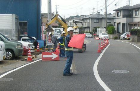 信号機のない交差点でここ半月ほど工事してるが、交通整備のおじさん4~5人で固まって「立ってるだけ」…