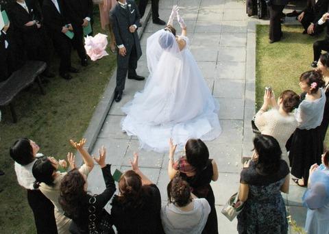 757_結婚式でのブーケトス