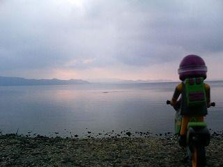 猪苗代湖とスロライ君