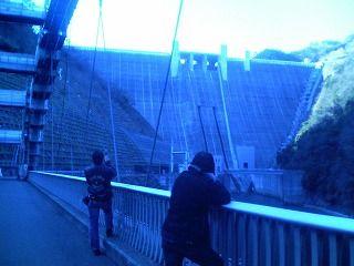 宮ヶ瀬ダムを眺める2人