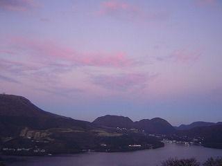 紫色の空と芦ノ湖